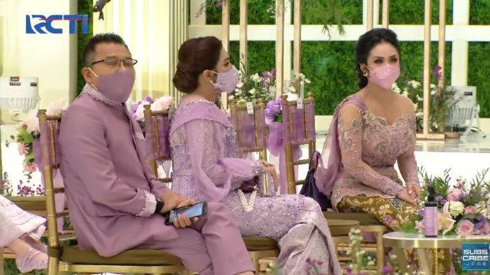 Posisi duduk Krisdayanti, Ashanty dan Anang Hermansyah saat lamaran Aurel Hermansyah dan Atta Halilintar