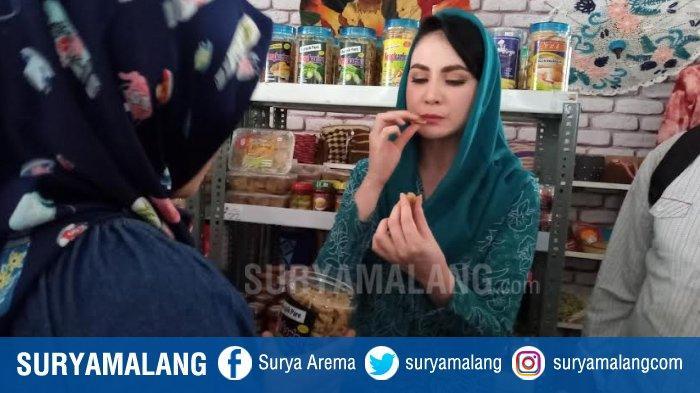Datangi Sentra UKM Pemkab Malang, Arumi Bachsin Kepincut Kripik Pisang Coklat