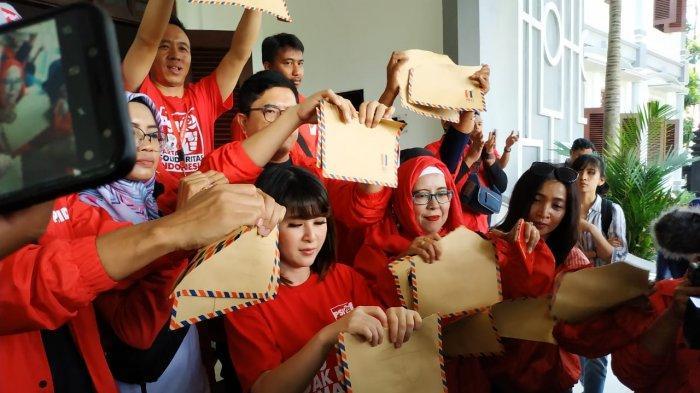 Aksi Grace Natalie Sobek Amplop Coklat Di Depan Kantor DPRD Kota Malang