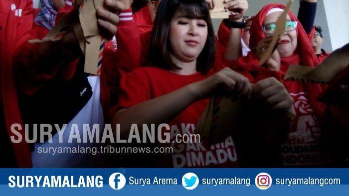 Grace Natalie & Kader PSI Aksi Sobek Amplop Cokelat di DPRD Kota Malang