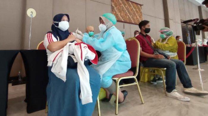 Salah satu peserta yang mendapat giliran vaksinasi. Mereka dipanggil secara bergantian berdasar nomor urut, Senin (5/7/2021)