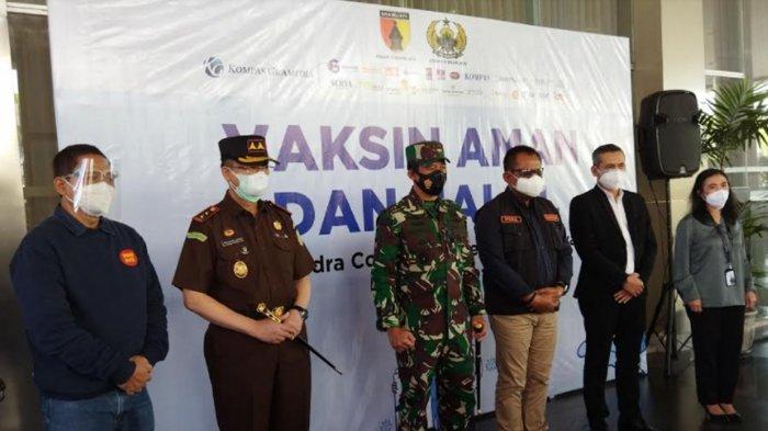 Pangdam V Brawijaya Mayjen TNI Suharyanto, bersama Sekda Prov Heru dan Kepala Kejati Jatim, M. Dofir saat meninjau kegiatan vaksinasi di Dyandra Convention Hall
