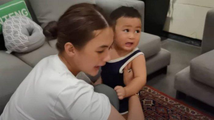 Kiano menunjukkan sikap aneh saat melihat foto ibu Baim Wong yang telah meninggal