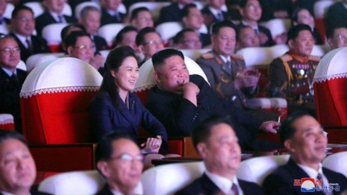 Pemimpin Tertinggi Korea Utara Kim Jong Un beserta istrinya, Ri Sol Ju, muncul saat mereka menonton konser di Teater Seni Mansudae di Ibu Kota Korea Utara, Pyongyang, Selasa (16/2/2021).