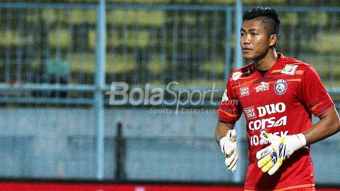 Kiper Arema FC, Utam Rusdiana, saat tampil melawan PS TNI dalam laga pekan ke-29 Liga 1 di Stadion Kanjuruhan Malang, Jawa Timur, Sabtu (14/10/2017) malam.