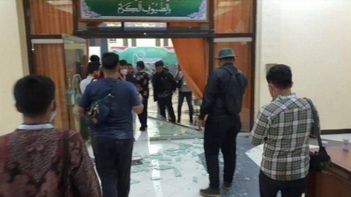 Ricuh Kongres HMI di Surabaya, Kaca Gedung Islamic Center Pecah, Polda Jatim Amankan 6 Peserta