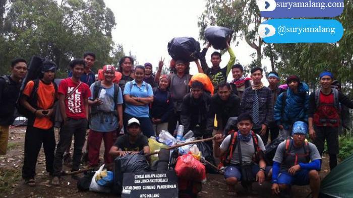Komunitas Pendaki Malang Raya Bersihkan Sampah di Puncak Panderman