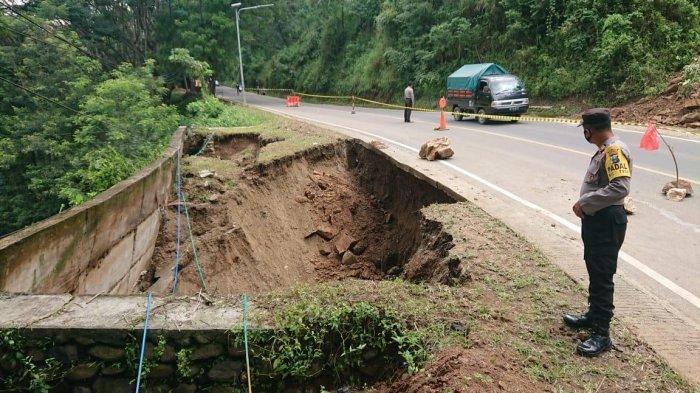 Hati-hati Lur, Bahu Jalan Nasional Trenggalek-Ponorogo Longsor, Diberlakukan Sistem Buka Tutup