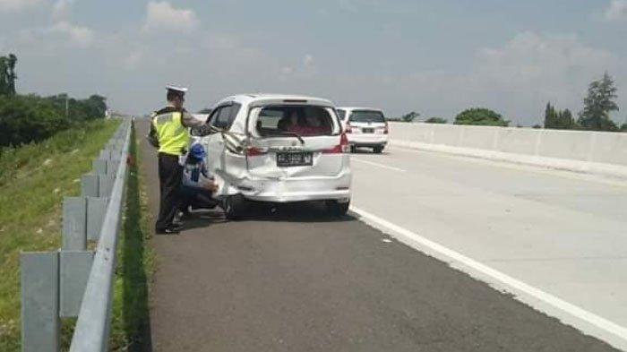 Sopir Mengantuk, Mobil L300 Tabrak Suzuki Ertiga sampai Terguling di Tol Kertosono-Nganjuk