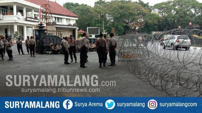 Suasana Pusat Kota Malang Jelang Demo Menolak UU Cipta Kerja, Kawat Berduri Telah Terpasang