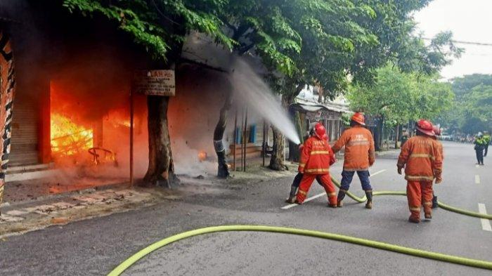 Korsleting Listrik Picu Kebakaran 3 Kios Helm di Jalan Trunojoyo, Kota Malang