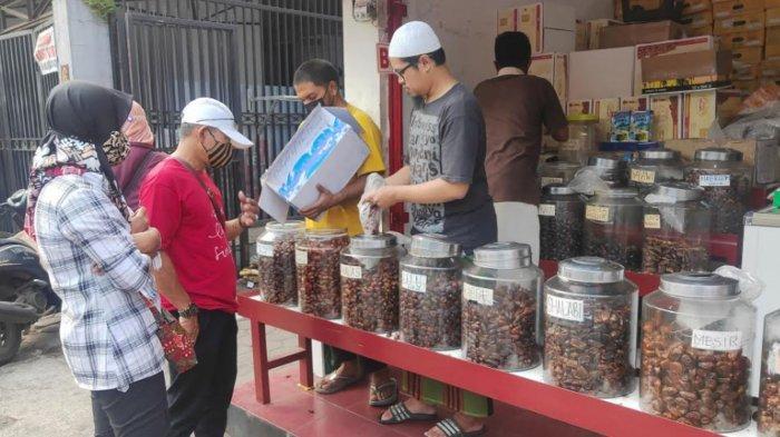 Penjual Kurma di Embong Arab Kota Malang Panen Rezeki Ramadan, Harga Mulai Rp 30 Ribu - Rp 300 Ribu