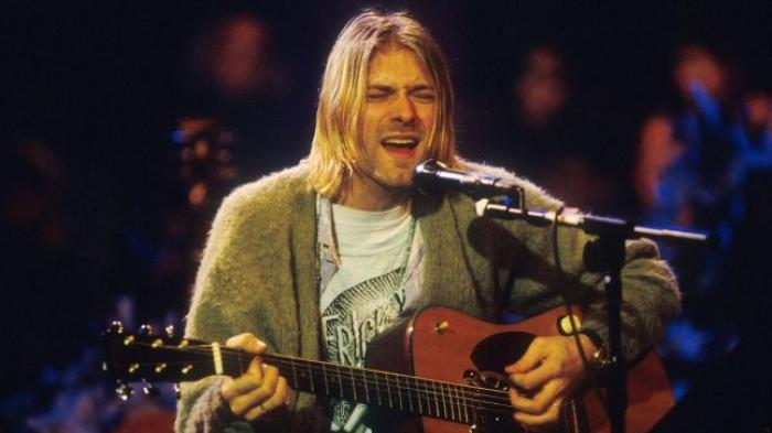 Kurt Cobain saat tampil bersamanya bandnya, Nirvana, di MTV Unplugged In New York, 1993.