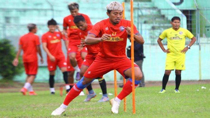 Kushedya Hari Yudo  dkk dalam latihan Arema FC di Stadion Gajayana Malang, Kamis (24/6/2021)