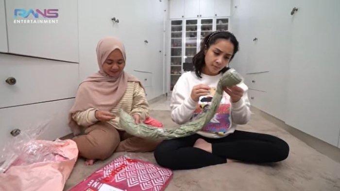 Lala mendampingi Nagita Slavina membuka barang belanjaan