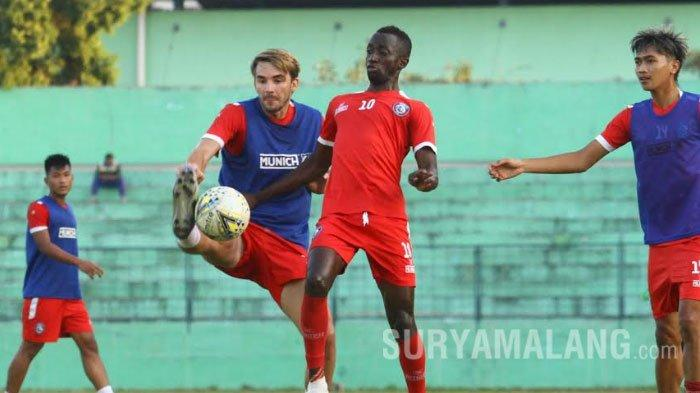 BREAKING NEWS : Arema FC Resmi Lepas Pavel Smolyachenko
