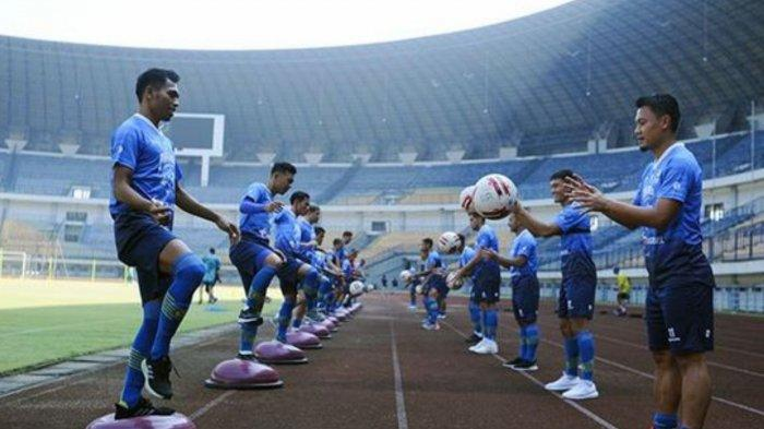 ILUSTRASI - Para Pemain Persib bandung melakukan peregangan dengan bola pada latihan di Stadion Gelora Bandung Lautan Api (GBLA), Gede Bage, Kota Bandung, Senin (10/8/2020).
