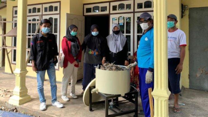 Mahasiswa UMM Edukasi Pengurangan Dampak Limbah Kertas di Pagak Malang