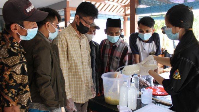 Teknik Kimia ITN Latih Warga Desa Panggungrejo Malang Bikin Briket dari Limbah Jeruk dan Tebu