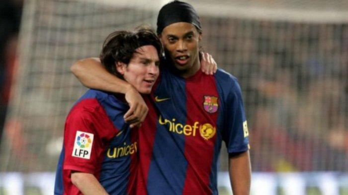 Lionel Messi dan Ronaldinho saat masih bersama-sama membela Barcelona.