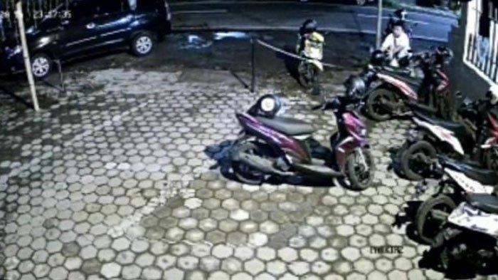 2 Maling Kepergok Mencuri Helm di Parkiran Kafe Surabaya