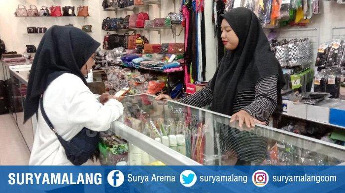Terekam CCTV di Kota Malang, Cewek Tak Kenal Mencuri Perlengkapan Kecantikan di Toko