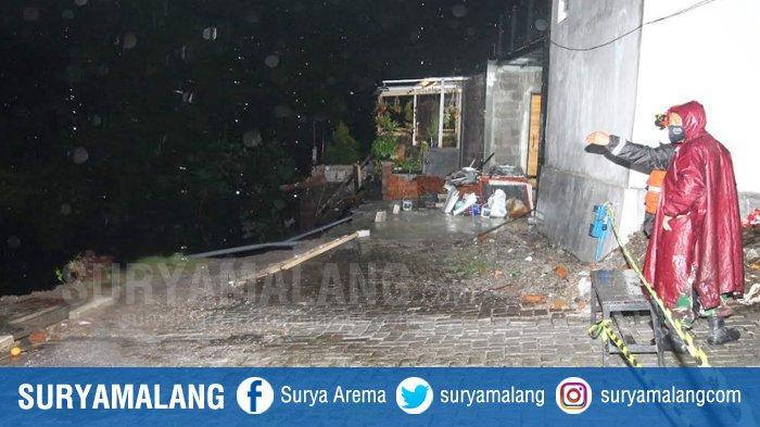 Kondisi rumah korban Roland Sumarno di Perumahan Sulfat Inside Jalan Sadang, Blimbing, Kota Malang. Tampak halamn depan rumah yang sudah tergerus longsor , Senin (18/1/2021) malam. Korban hingga kini dilaporkan hilang setelah terbawa longsor dan diduga hanyut di sungai Bango