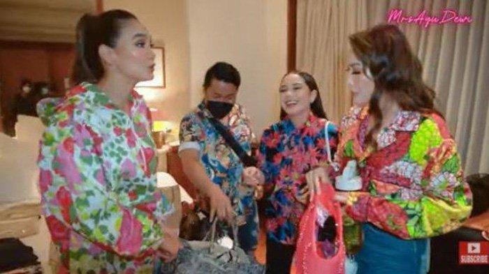 Luna Maya dan Ayu Dewi saat menyoroti tas branded Nagita Slavina