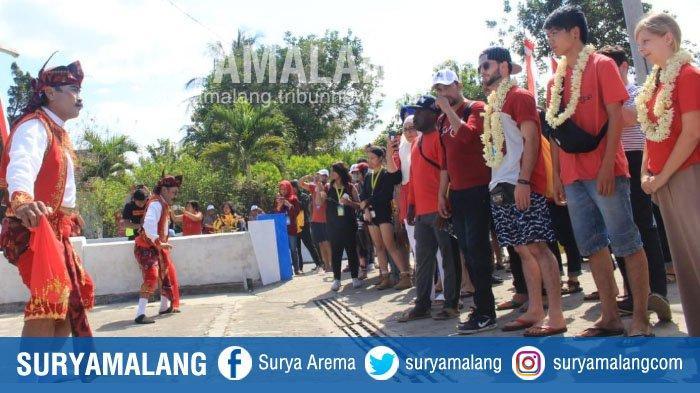 Puluhan Mahasiswa Asing Berkunjung ke Wisata Budaya Desa Peniwen, Kabupaten Malang