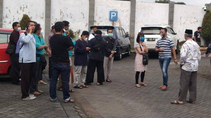 Para civitas UIN Maliki Ibrahim dan WR 3 UIN Maliki Ibrahim, Dr Isroqun Najah (batik putih membelakangi kamera) saat berada di halaman depan RS Karsa Husada, Kota Batu, Minggu (7/3/2021)