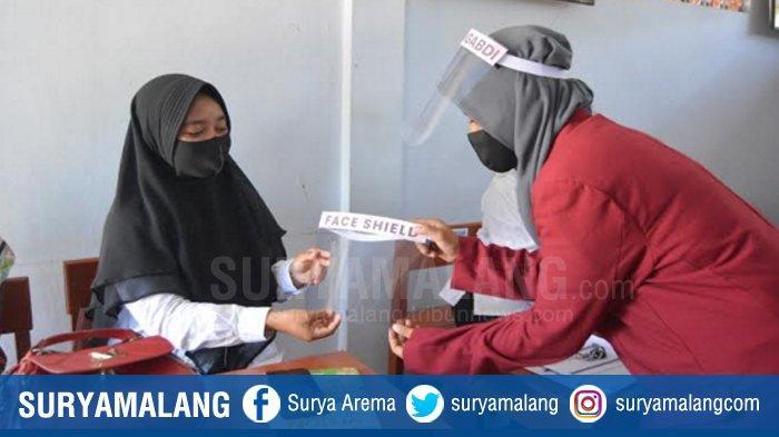 Mahasiswa UMM Dukung Warga Sampang Perangi Pandemi Covid-19 Melalui Face Shield Buatan Sendiri