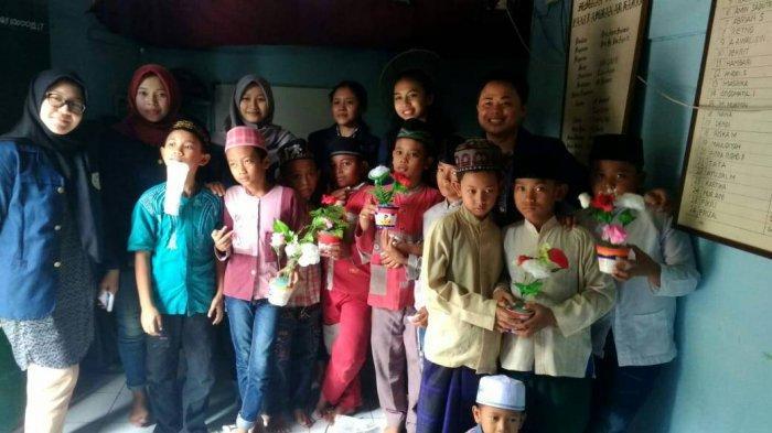 Manajemen Perhotelan UNAIR Gelar Aksi Kreasi Makanan Dan Merangkai Bunga Bersama Anak Yatim Piatu