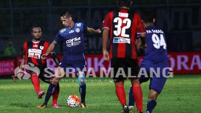 Kilas Balik Piala Bhayangkara 2016 - Gol Indah Raphael Maitimo di Laga Arema vs Persib