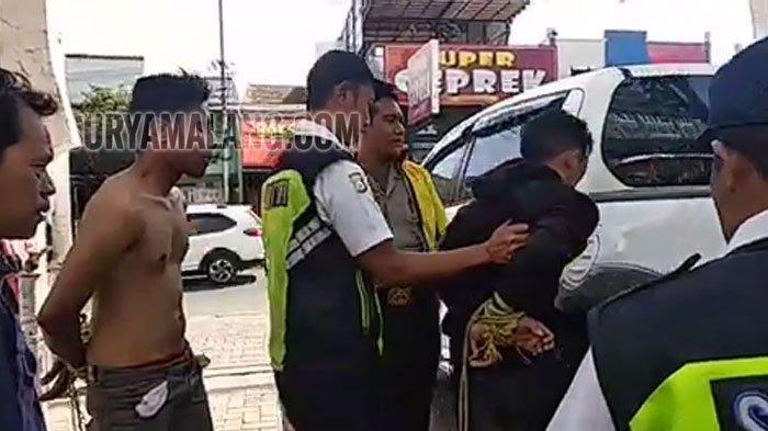 Massa Hajar Dua Maling Helm di Kampus Universitas Islam Malang (Unisma)