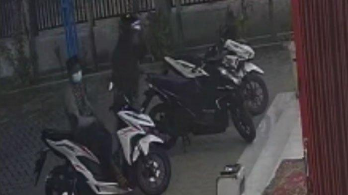 2 Maling Terekam CCTV Mencuri Motor di Minimarket Jalan Raya Camplong, Sampang