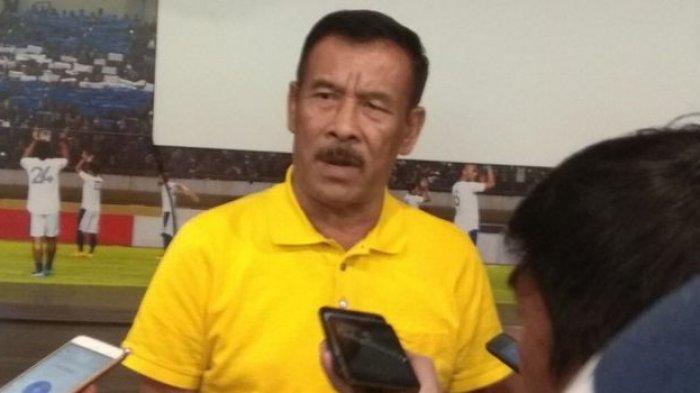 Manajer Persib, Umuh Muchtar, saat memberi pernyataan terkait sanksi Komdis PSSI terhadap Ezechiel N'Douassel.