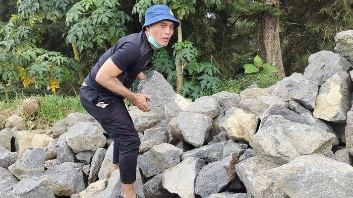 Mantan Pemain Timnas Indonesia dan Persib Bandung Peri Sandria jadi relawan kuli batu