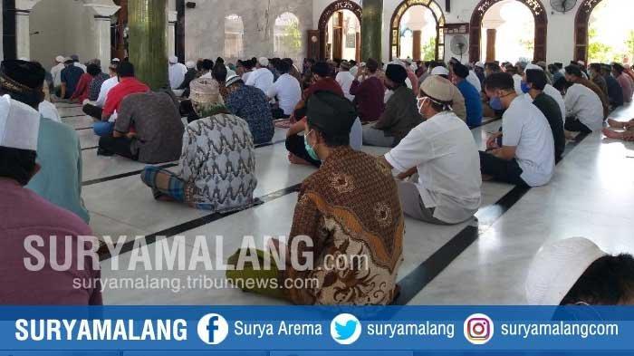 Suasana Salat Jumat Pertama di Masjid Rahmat Setelah PSBB Surabaya Raya Berakhir