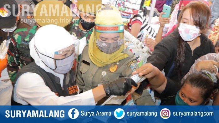 Gubernur Jatim Khofifah Bagikan Masker dari Jokowi ke Pedagang Pasar Kapasan Surabaya