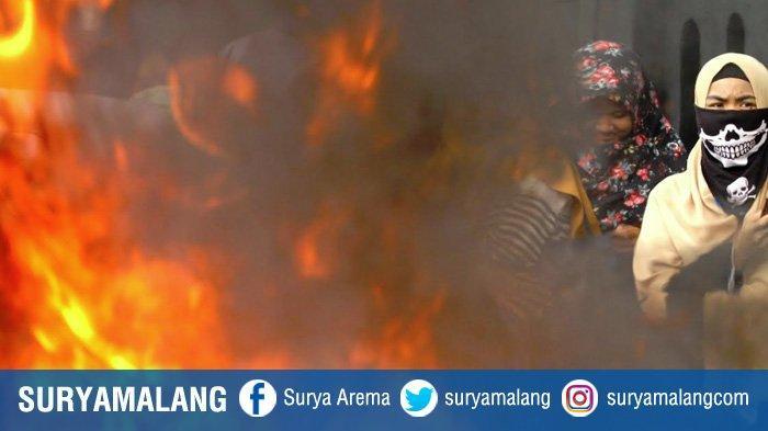 GALERI FOTO - Aktivis HMI Malang Bakar Ban di Depan Kantor DPRD Kota Malang - massa-aksi-dari-himpunan-mahasiswa-islam-hmi-cabang-malang-membakar-ban.jpg