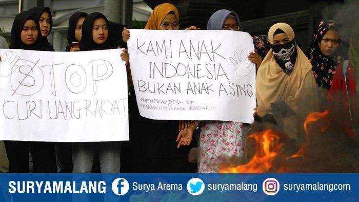 GALERI FOTO - Aktivis HMI Malang Bakar Ban di Depan Kantor DPRD Kota Malang - massa-aksi-dari-himpunan-mahasiswa-islam-hmi-cabang-malang.jpg