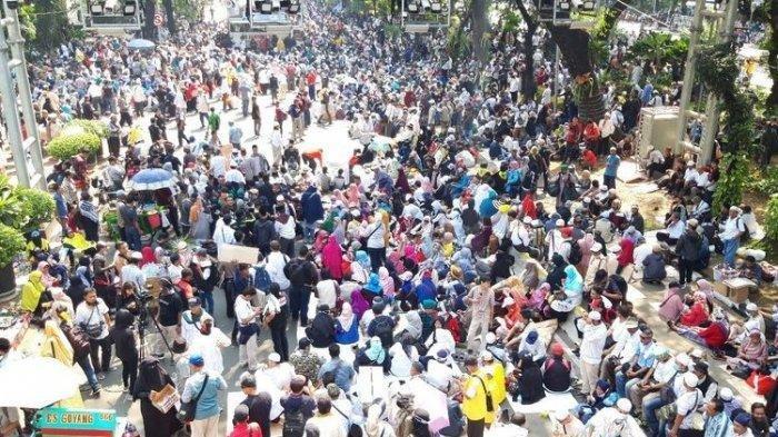 Massa dari Berbagai Daerah Demo Saat Sidang Putusan Sengketa Pilpres 2019, Termasuk dari Surabaya