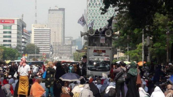 Meski Dilarang, Sejumlah Massa Terlihat Berkumpul di Sekitaran Gedung MK Siang Ini