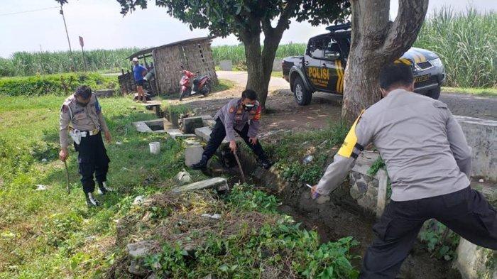 Polisi saat melakukan olah TKP dan mencari beberapa petunjuk dari lokasi penemuan mayat seorang remaja di Desa Gelang, Kecamatan Tulangan, Sidoarjo
