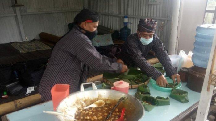 Pokdarwis Kampung Gribig Religi Gelar Mbabar Bubur Sapar diPesarean Ki Ageng Gribig, Kota Malang