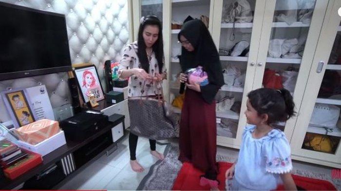 Meja panjang dengan TV di dinding kamar Ayu Ting Ting (YouTube Ricis Official)