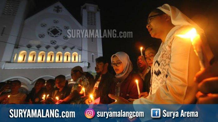 GALERI FOTO - Gadis-gadis Berjilbab Beraksi di Depan Katedral Ijen, Kota Malang