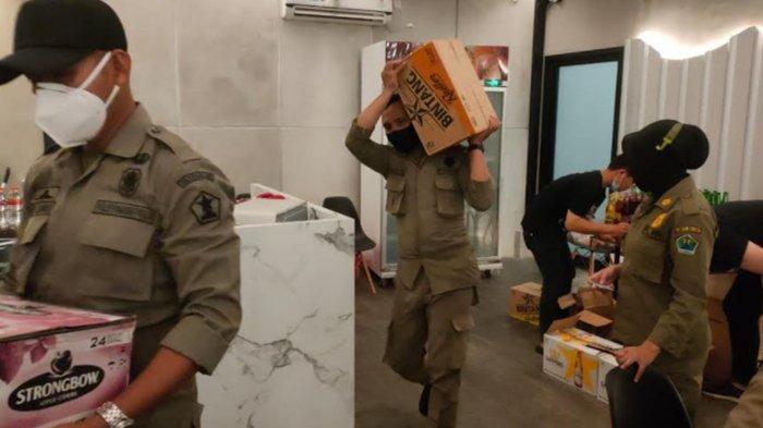 Petugas Gabungan Amankan dan Sita Ratusan Botol Minuman Beralkohol dari Kafe di Kota Malang