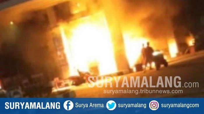 BREAKING NEWS - Mobil Avanza Terbakar Saat Isi Bahan Bakar di SPBU Puncu Kediri