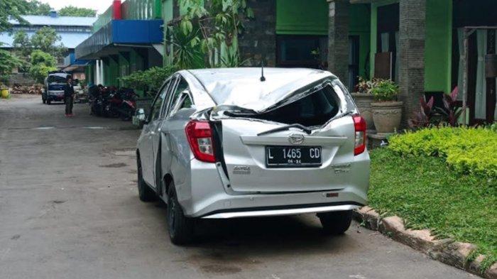 Dahan Pohon Mahoni Patah di Kedungkandang Malang Timpa Mobil Hingga Alami Rusak Parah